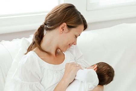 Nuôi con bằng sữa mẹ mang lại lợi ích cho cả mẹ và bé