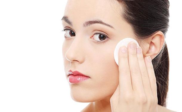 Nước hoa hồng trắng da Innisfree Whitening Pore Skin